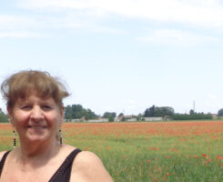 Angela Battaglia e il campo di papaveri